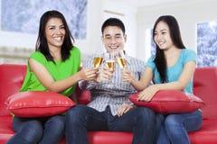 Adolescentes hispánicos que beben el champán Foto de archivo libre de regalías