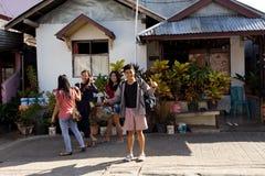 Adolescentes indonesios en la Shantytown de Manado Foto de archivo