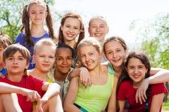 Adolescentes internacionales que se sientan cerca en parque Fotografía de archivo libre de regalías