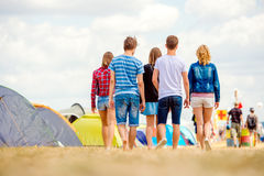 Adolescentes irreconocibles, festival de música de la tienda, verano soleado, CCB Fotos de archivo libres de regalías