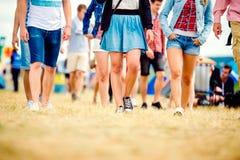 Adolescentes irreconocibles, festival de música de la tienda, verano soleado, pierna Foto de archivo