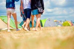 Adolescentes irreconocibles, festival de música de la tienda, verano soleado, pierna Fotos de archivo