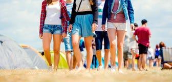 Adolescentes irreconocibles, festival de música de la tienda, verano soleado, pierna Imágenes de archivo libres de regalías