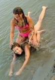 Adolescentes jouant sur la plage Photos libres de droits