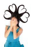 Adolescentes jovenes con entregan la cara y el pelo en forma de corazón Foto de archivo