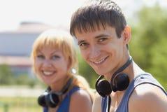Adolescentes jovenes con los auriculares sin hilos Imagen de archivo