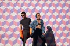 Adolescentes jovenes confiados en ropa de moda Imagen de archivo libre de regalías