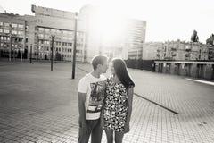 Adolescentes jovenes elegantes de los pares en el amor en la ciudad, día soleado del verano Imágenes de archivo libres de regalías