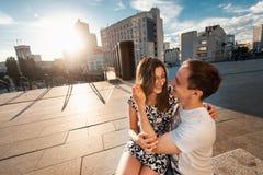 Adolescentes jovenes elegantes de los pares en el amor en la ciudad, día soleado del verano Imagen de archivo libre de regalías
