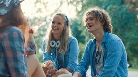 Adolescentes jovenes en el parque Fotos de archivo