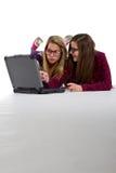 Adolescentes jovenes en línea Foto de archivo