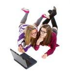 Adolescentes jovenes en línea imágenes de archivo libres de regalías