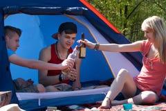 Adolescentes jovenes que beben un poco de alcohol Fotografía de archivo libre de regalías