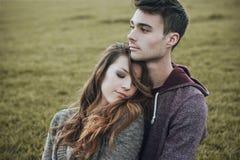 Adolescentes jovenes que ligan al aire libre Fotografía de archivo libre de regalías
