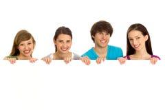 Adolescentes jovenes que llevan a cabo el copyspace Imagenes de archivo