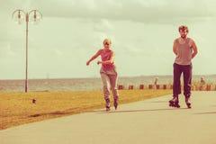 Adolescentes junto en patines Imagenes de archivo