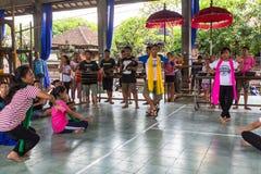 Adolescentes a la hora de las preparaciones para el desfile de Ngrupuk Foto de archivo