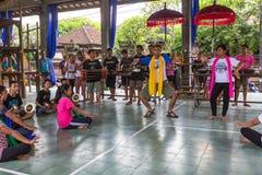 Adolescentes a la hora de las preparaciones para el desfile de Ngrupuk Foto de archivo libre de regalías