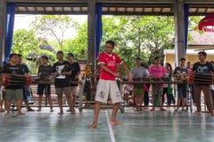 Adolescentes a la hora de las preparaciones para el desfile de Ngrupuk Imagen de archivo libre de regalías