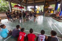 Adolescentes a la hora de las preparaciones para el desfile de Ngrupuk Fotografía de archivo