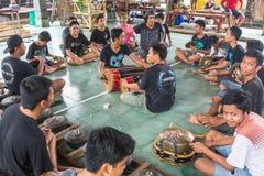 Adolescentes a la hora de las preparaciones para el desfile de Ngrupuk Fotos de archivo