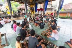Adolescentes a la hora de las preparaciones para el desfile de Ngrupuk Imagen de archivo