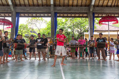 Adolescentes a la hora de las preparaciones para el desfile de Ngrupuk Imagenes de archivo