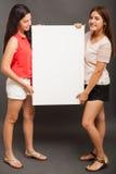 Adolescentes latinos que llevan a cabo una muestra Fotografía de archivo libre de regalías