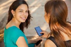 Adolescentes lindos con tecnología Imagen de archivo libre de regalías