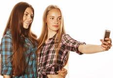 Adolescentes lindos que hacen el selfie Fotos de archivo libres de regalías
