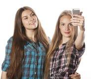 Adolescentes lindos que hacen el selfie aislado Fotos de archivo