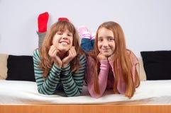 Adolescentes lindos que mienten en la cama y la sonrisa Imágenes de archivo libres de regalías