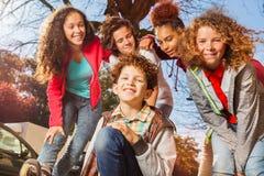 Adolescentes lindos y muchachas rollerblading en ciudad Fotos de archivo