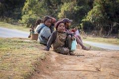 Adolescentes malgaches que se sientan en el piso Imagenes de archivo