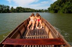 Adolescentes mignonnes s'exposant au soleil dans le bateau Images libres de droits