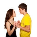 Adolescentes muchacho y muchacha en el amor que parece cara a cara imagen de archivo libre de regalías