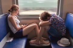 Adolescentes muchacho y muchacha en el tren Imágenes de archivo libres de regalías