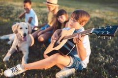 Adolescentes multiétnicos con la guitarra Imagen de archivo