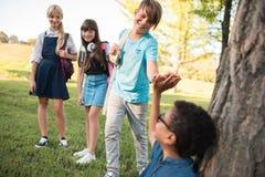 Adolescentes multiétnicos en parque Fotografía de archivo