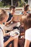 Adolescentes multiétnicos que pasan el tiempo junto Imagen de archivo libre de regalías