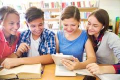 Adolescentes na biblioteca Fotografia de Stock Royalty Free