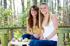 Adolescentes na casa em a árvore Fotos de Stock Royalty Free