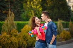 Adolescentes na data Primeiro amor imagens de stock