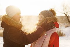Adolescentes no amor Data no inverno fotografia de stock royalty free