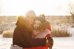 Adolescentes no amor Data no inverno foto de stock