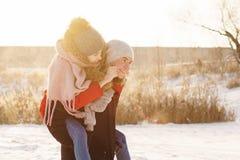 Adolescentes no amor Data no inverno imagem de stock