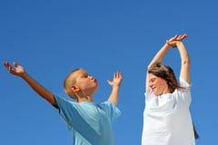 Adolescentes no fundo do céu azul Fotografia de Stock