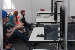 Adolescentes no identificados que juegan a juegos de la consola en Animefest Fotografía de archivo