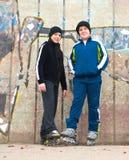 Adolescentes no levantamento dos patins de rolo ao ar livre imagens de stock royalty free