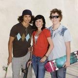 Adolescentes no skatepark fotos de stock royalty free